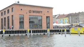 Cityscape van Brandenburg een der Havel met Jahrtausendbrà ¼ cke overbrugt, kleine koffie en winkels net op de Havel-Rivier stock video