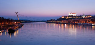 Cityscape van Bratislava bij schemer Stock Fotografie