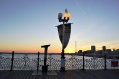 Cityscape van Brighton bij zonsondergang die van de moderne pijler wordt bekeken stock foto's