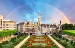 Cityscape van Brussel met regenboog, het panoramahorizon van België stock afbeelding