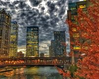 Cityscape van Chicago verlichtte nachtlichten op de weerspiegelende gebouwen en de rivier tijdens spitsuur Royalty-vrije Stock Fotografie