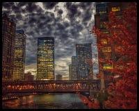 Cityscape van Chicago verlichtte nachtlichten op de weerspiegelende gebouwen en de rivier tijdens spitsuur Stock Fotografie