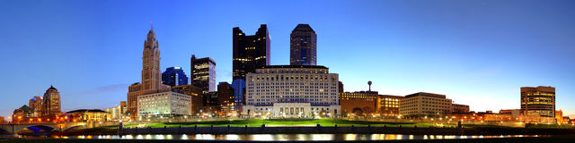 Cityscape van Columbus Ohio bij schemer Stock Fotografie