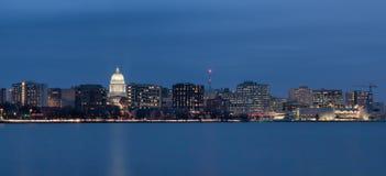 Cityscape van de binnenstad van Madison Wisconsin bij nacht Stock Afbeeldingen