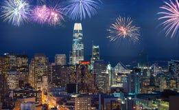 Cityscape van de binnenstad van San Francisco met opvlammend vuurwerk die Nieuwjarenvooravond vieren royalty-vrije stock fotografie