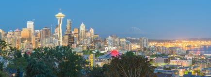 Cityscape Van de binnenstad van Seattle met MT Rainnier van Kerry Park stock foto