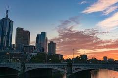 Cityscape van de binnenstad van Melbourne met kleurrijke zonsopganghemel op de bedelaars Royalty-vrije Stock Fotografie