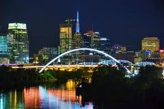 Cityscape van de binnenstad van Nashville bij nacht royalty-vrije stock foto's