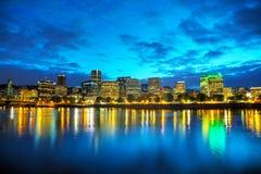 Cityscape van de binnenstad van Portland bij de nacht Stock Foto