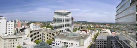 Cityscape Van de binnenstad van Portland met Rivier en Berg stock foto