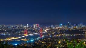 Cityscape van de de stadshorizon van Istanboel de mening van de nachttijdspanne van bosphorusbrug en financieel commercieel centr