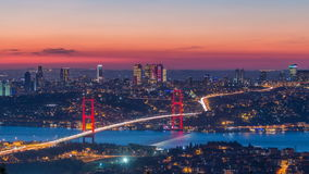Cityscape van de de stadshorizon van Istanboel tijdtijdspanne van dag aan nachtmening van bosphorusbrug en financieel commercieel stock footage