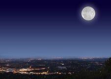 Cityscape van de nacht met maan stock fotografie