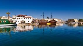 Cityscape van de oude Venetiaanse haven bij ochtend, stad van Rethymno, Kreta Stock Foto's