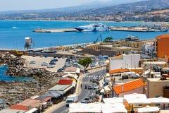 Cityscape van de oude Venetiaanse haven in Rethymno, Griekenland Royalty-vrije Stock Foto's