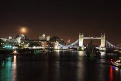 Cityscape van de Rivier Theems bij nacht Royalty-vrije Stock Foto's