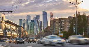 Cityscape van de tijdtijdspanne van stad bij zonsondergang met het stadsverkeer en wolkenkrabbers bij achtergrond stock video
