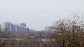 Cityscape van de winter Zichtbare huizen met meerdere verdiepingen op de horizon stock video