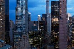 Cityscape van de wolkenkrabbers van New York bij nacht royalty-vrije stock foto