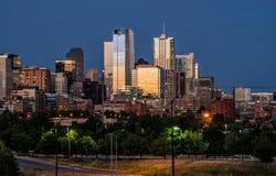 Cityscape van Denver Colorado bij nacht royalty-vrije stock foto's