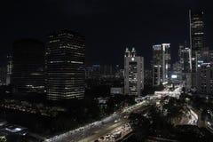 Cityscape van Djakarta bij nacht stock foto