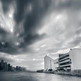 Cityscape van dramatische wolkenmotie dichtbij de baai Royalty-vrije Stock Fotografie