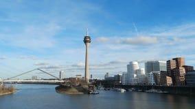 Cityscape van Dusseldorf met mening over media haven stock footage