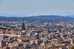 Cityscape van Edinburgh met kerken, overbrugt vooruit en Queensferry-Brug op de achtergrond royalty-vrije stock foto's