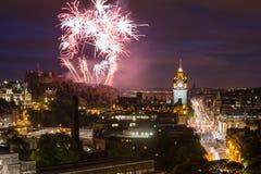 Cityscape van Edinburgh met vuurwerk stock foto's