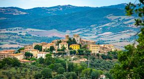Cityscape van een oude stad in Maremma-Gebied in Toscanië dat van de heuvel, Maremma Italië wordt gezien royalty-vrije stock foto
