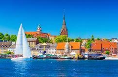 Cityscape van Flensburg Panorama van een kleine Europese stad in Noordelijk Duitsland stock fotografie
