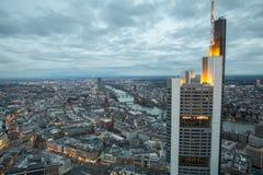 Cityscape van Frankfurt-am-Main Duitsland bij nacht Stock Foto