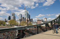 Cityscape van Frankfurt am Maine - staalbrug Stock Afbeeldingen