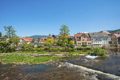 Cityscape van Gernsbach met de Murg-rivier Stock Fotografie
