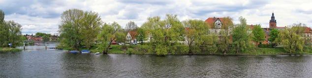 Cityscape van Havelberg met Havel-Rivier Op achtergrond churc Stock Foto