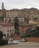 Cityscape van Italiaanse stad Siena in het gebied van Toscanië stock afbeelding