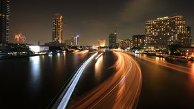 Cityscape van licht sleept op Rivier en vuurwerk Royalty-vrije Stock Foto