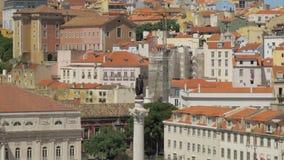 Cityscape van Lissabon met huizen en D Pedro IV Standbeeld, Portugal stock footage