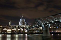 Cityscape van Londen bij nacht Stock Foto
