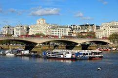 Cityscape van Londen met de rivier van Theems royalty-vrije stock fotografie