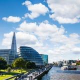 Cityscape van Londen met de Scherf en het Stadhuis royalty-vrije stock afbeelding