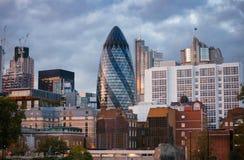 Cityscape van Londen met 30 St Mary Axe Gherkin wolkenkrabber bij schemer Stock Fotografie