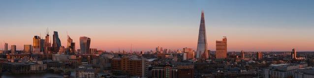Cityscape van Londen panorama bij zonsondergang met de moderne wolkenkrabbers Stock Afbeelding