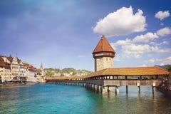 Cityscape van Luzerne met beroemd Kapelbrug en meer Luzerne, Zwitserland retro filter stock foto's