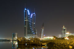 Cityscape van Manama - nachtscène Stock Afbeeldingen