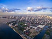 Cityscape van Manilla, Filippijnen Bay City, Pasay-Gebied Wolkenkrabbers op achtergrond Stock Foto
