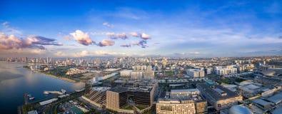 Cityscape van Manilla, Filippijnen Bay City, Pasay-Gebied Wolkenkrabbers op achtergrond Wandelgalerij van Azië in Voorgrond stock fotografie