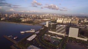 Cityscape van Manilla, Filippijnen Dicht bij Bay City, Pasay met Zonsonderganglicht stock videobeelden