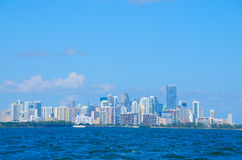 Cityscape van Miami langs oever Stock Fotografie