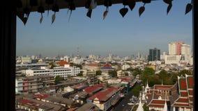 Cityscape van moderne oosterse stad Weergeven van het venster van huizendaken op straten van majestueus Bangkok van Gouden Onders stock footage